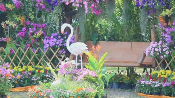 Holzschaukel im Blumengarten, hd vdo.