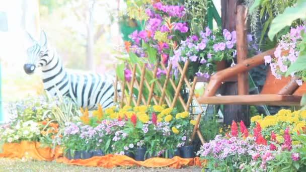 Dřevo houpačka v květiny zahradní, Hd vdo.