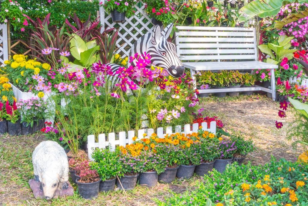 Bloem En Tuin : Mooie bloementuin u2014 stockfoto © moccabunny #66891255