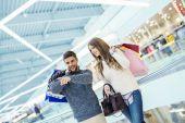 Fotografie glückliches junges Paar mit Einkaufstaschen