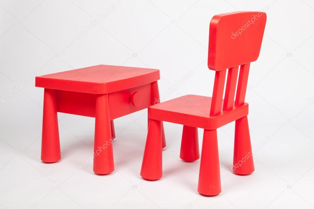 Silla roja y rojo mesa para ni os en el sal n de clase for Sillas para kinder