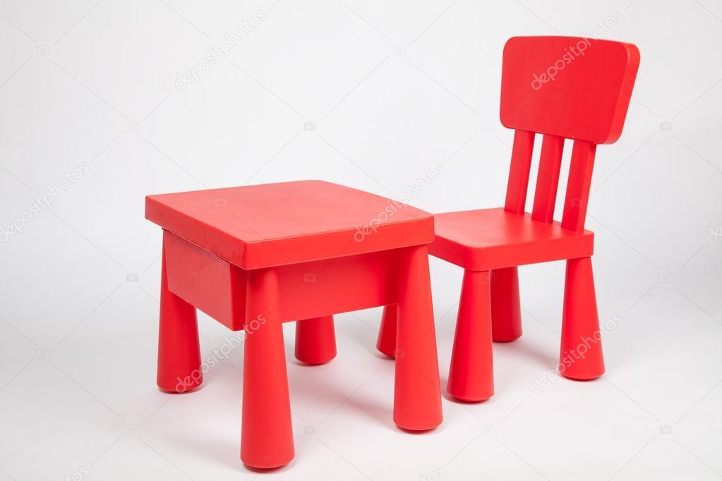 Rode stoel en rode tabel voor kinderen in de voorschoolse klas