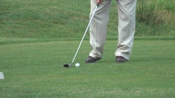Golfista trefil míček na golfovém hřišti. Zpomalený pohyb golfového úderu. Zpomalený pohyb 240 fps