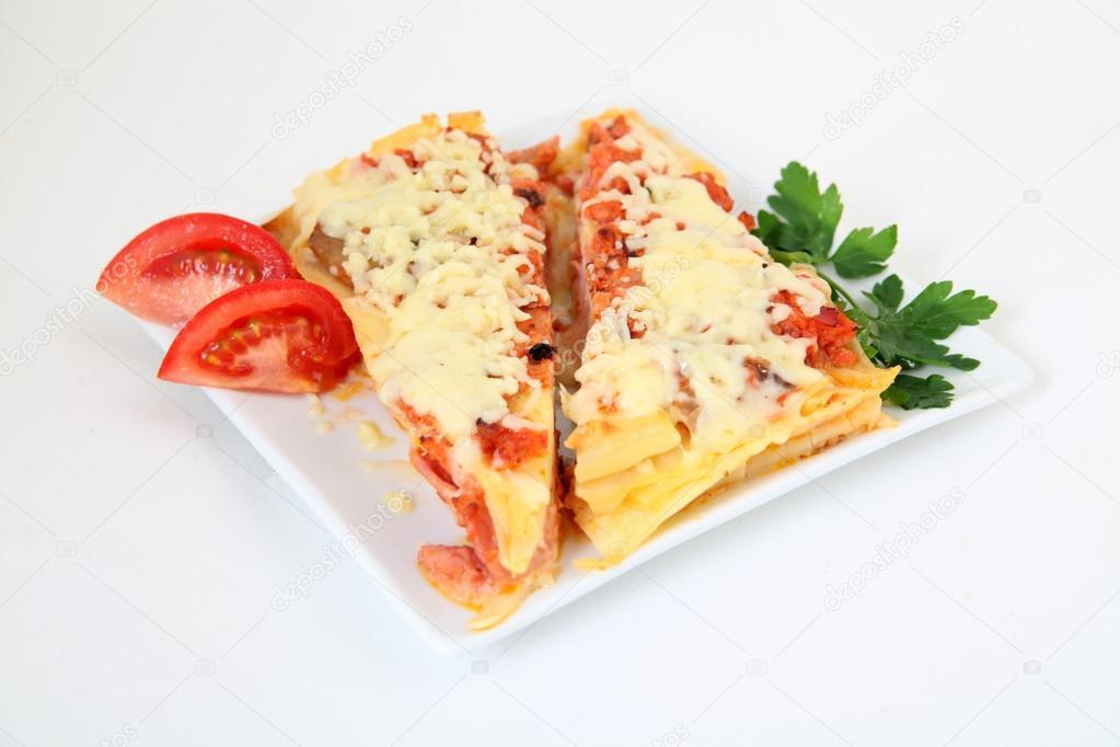 lasagna italiana con decoracin en placa blanca u foto de stock