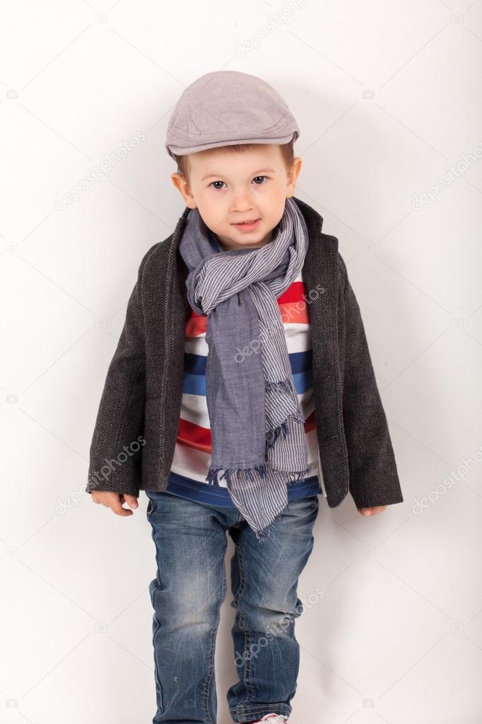 Garçon Portant Blouson Avec Un Chapeau Petit Écharpe Mode Et La PS1EpS
