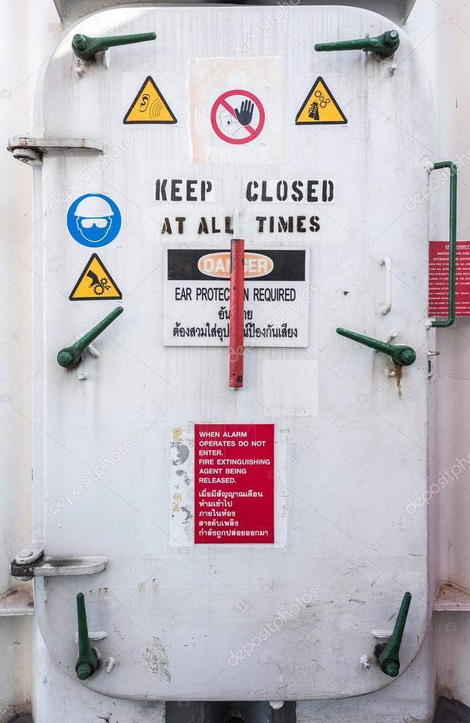 нефть буровой водонепроницаемые двери стоковое фото