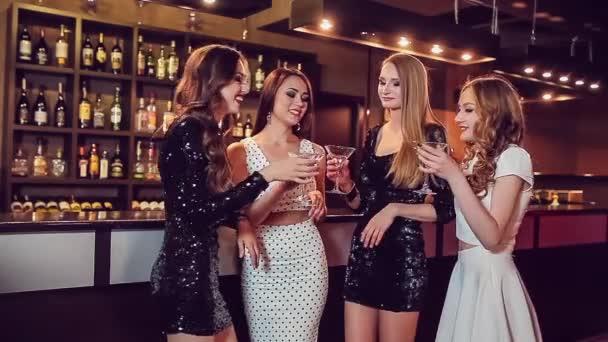 Čtyři krásné dívky pití v nočním klubu