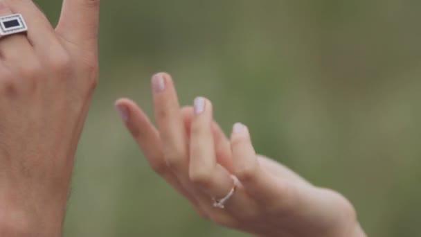 Pár v lásce navzájem ruce. Detail
