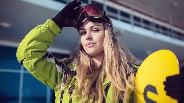 Dívka s snowboardu je sundala její sluneční brýle