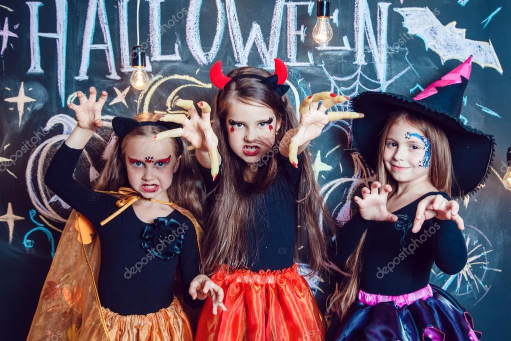 Madchen Gekleidet In Halloween Kostumen Zeigen Emotionen Der Hexen