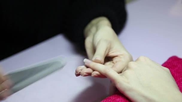 Manikúru. Kosmetický salón. Detail. Odstraňte starý lak na nehty.