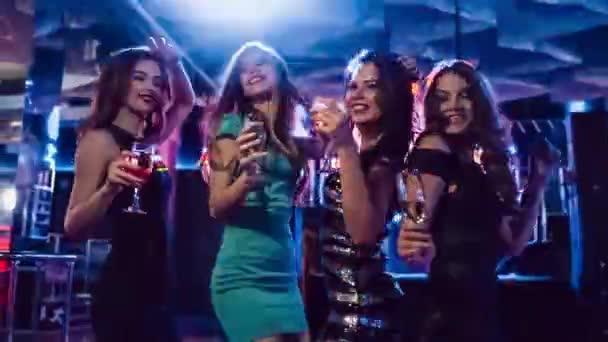 Belle ragazze divertirsi a una festa in discoteca