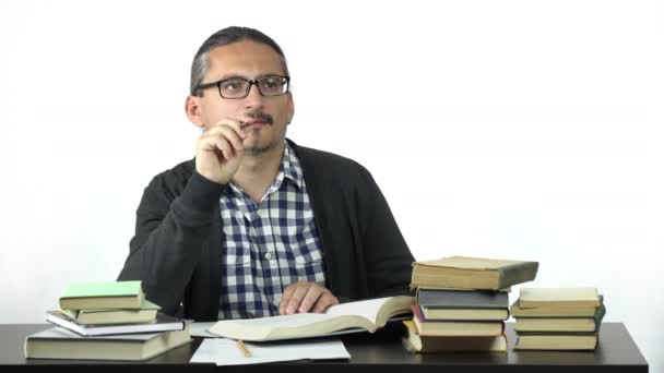 muž sedící u stolu pilně studuješ