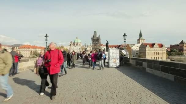 lidí na Karlově mostě v Praze