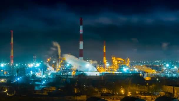 Čas vypršel v noci na rafinérii. Z trubek stoupá hustý kouř a znečišťuje vzduch. Pozadí plynárenského průmyslu. Přiblížit snímek.