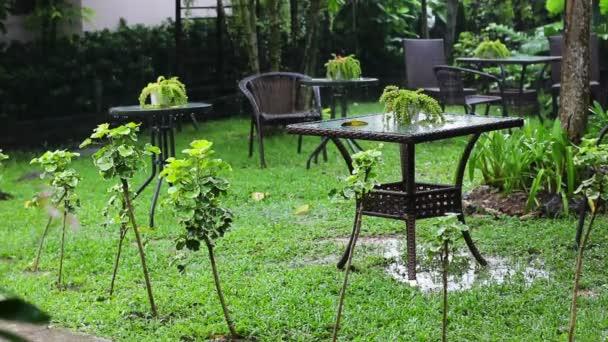 letní déšť v kavárně