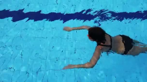 atraktivní žena Relaxing vnitřní bazén