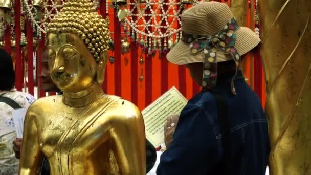 People Praying At Doi Suthep Temple 4K_1