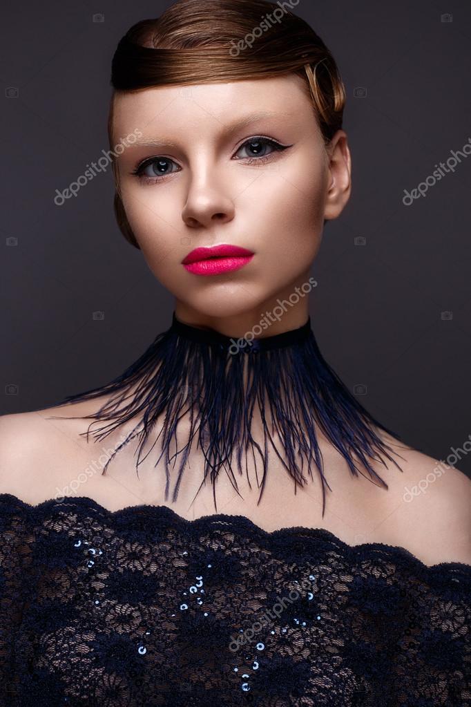 Belle Jeune Fille Dans Le Style Gatsby Avec Un Collier De Plumes Et