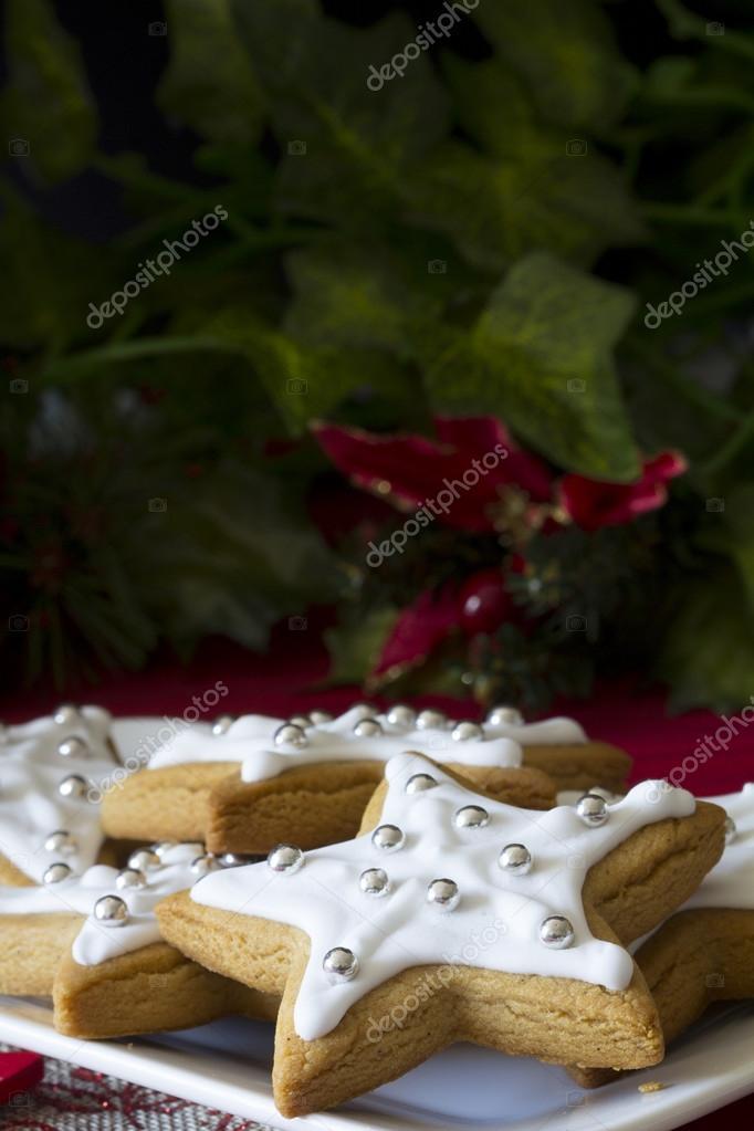 Vertical De Estrellas Galletas Decoradas De Navidad Foto