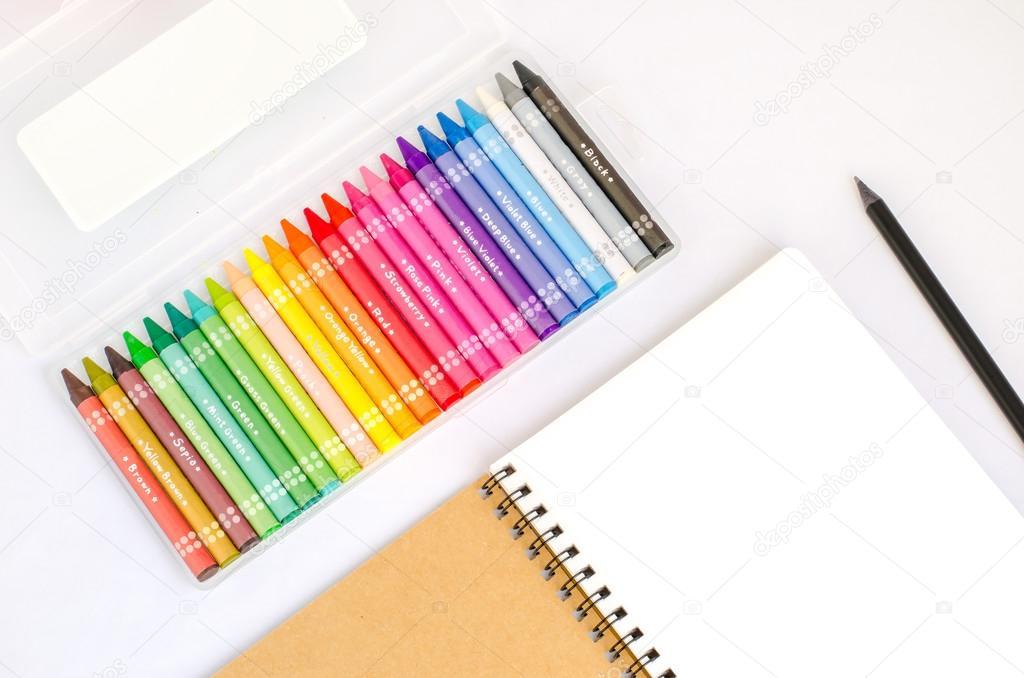 Libro de dibujo en blanco con lápiz negro y colorido cuadro de cra ...