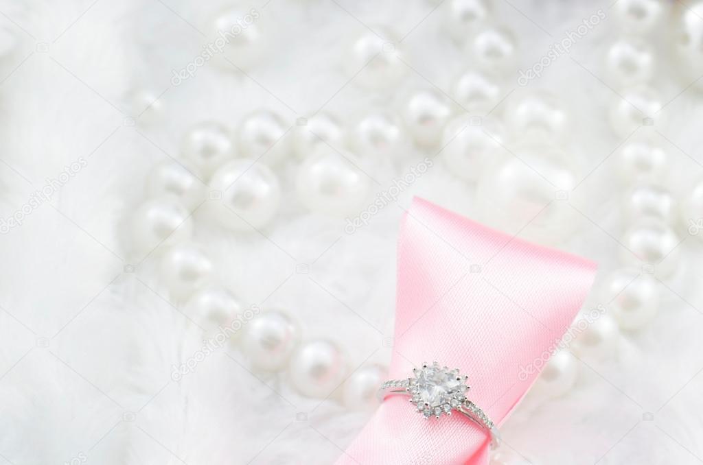 Herz Diamant Verlobungsring Mit Rosa Schleife Und Perle Stockfoto