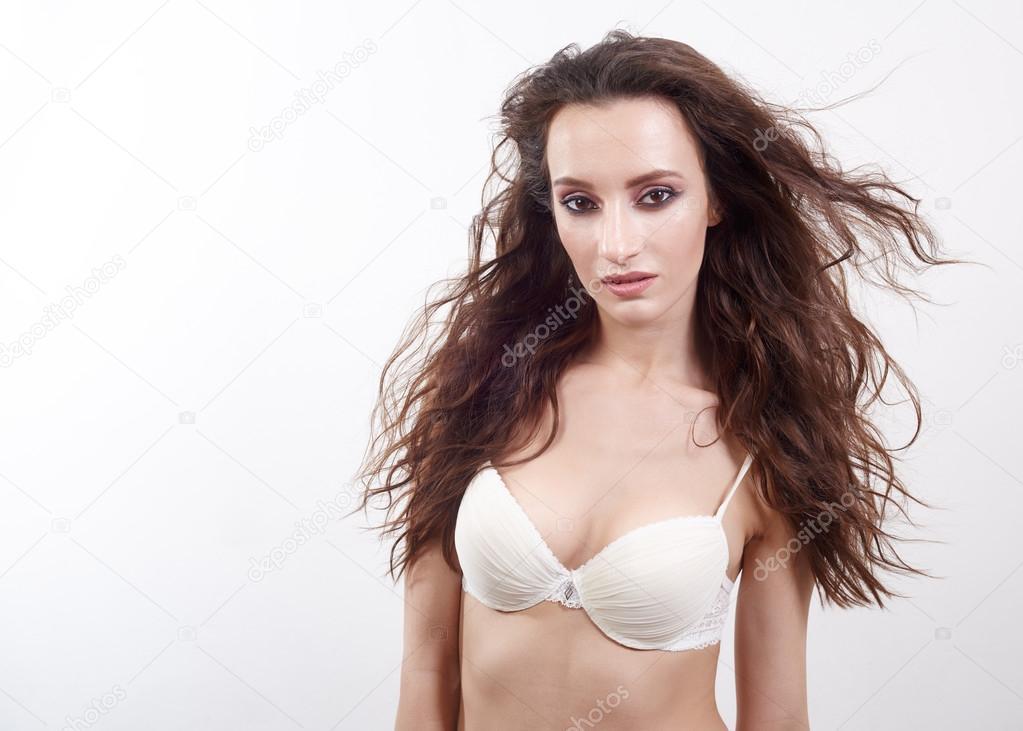 Atractiva mujer en ropa interior posando sobre fondo blanco modelo con morena vuelan los pelos - Fotografias de mujeres en ropa interior ...