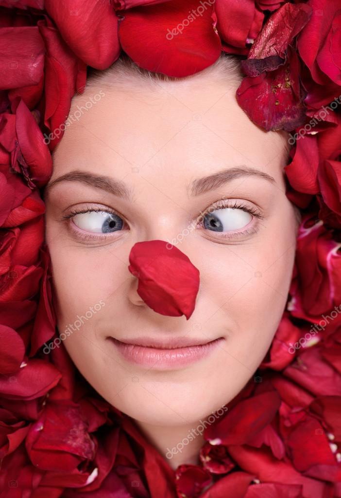 фото с лепестками роз на лице традиции основание