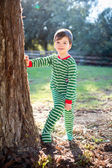 Photo Christmas boy standing against tree