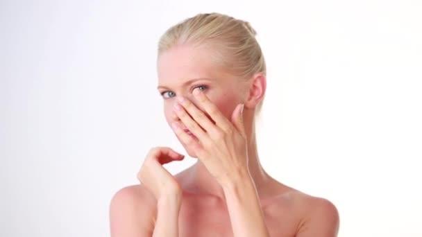 Krásná žena tváří kosmetické péče