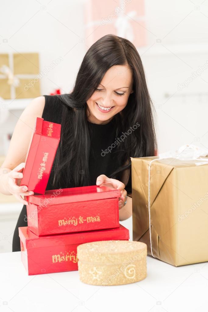 Schönes Mädchen mit Weihnachtsgeschenke — Stockfoto © Smanyuk #90275816