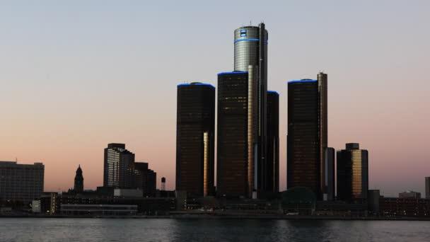 Timelapse Detroit panorama ze dne do noci za řekou
