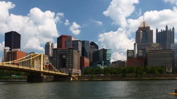 Orizzonte di timelapse Pittsburgh in una bella giornata
