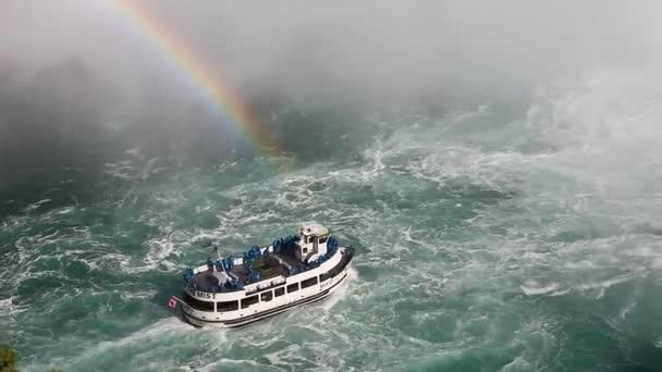 pod Niagarské vodopády s výletní loď a rainbow v mlze