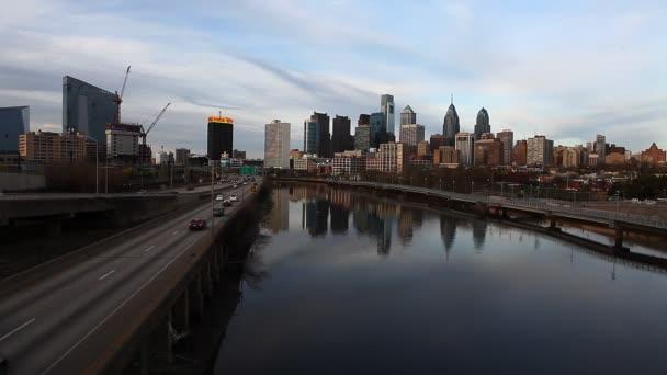 Paesaggio urbano di Philadelphia, in Pennsylvania, con il fiume in primo piano