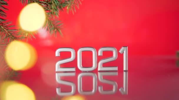 közelről dátum 2021 a piros háttér, elmosódott bokeh a koszorúk és a fény