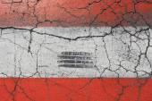 Červené a bílé označení na asfaltové silnici s praskliny