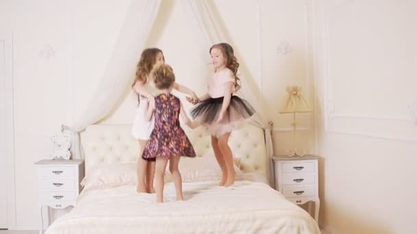 kleine Kinder springen auf dem Bett