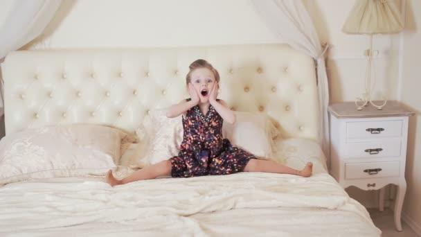 šťastná dívka působit opice na postel