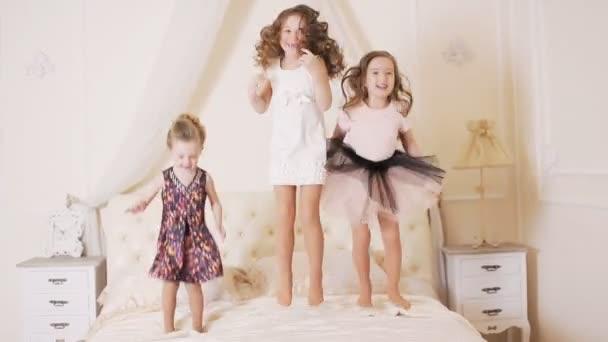 Ugrás az ágyon kislányok