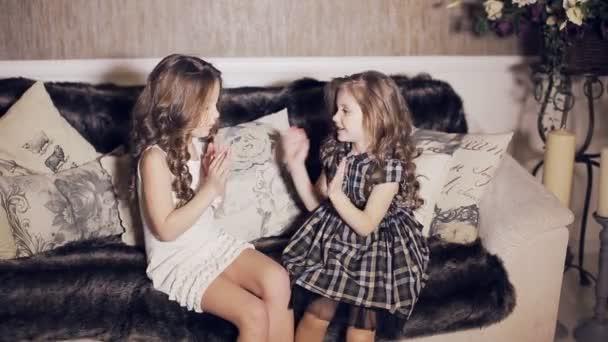 Dvě šťastné hravé děti smát a hrát pat-dort