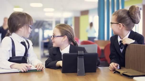 školní děti komunikovat a smát se