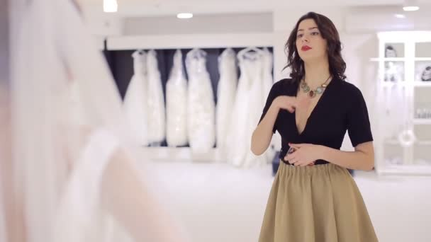 barátnője értékeli esküvői ruha