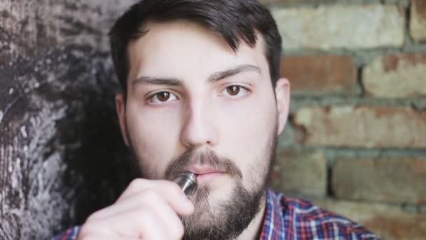 Muž Exhaling kouř z výparníku zastřelil