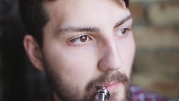 mladý muž s elektronickou cigaretou zblízka