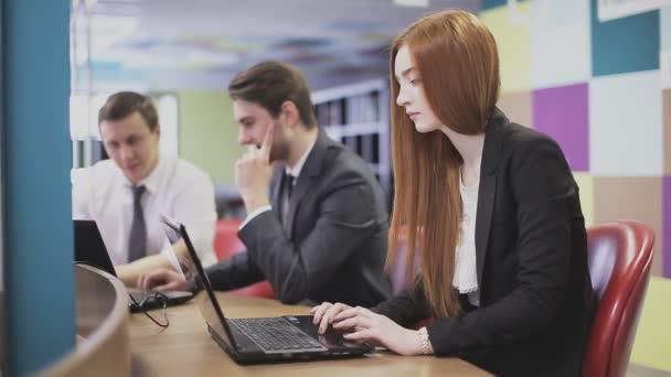 Üzletasszony gépelés-ra billentyűzet, laptop, iroda