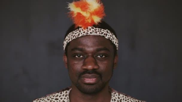 Usmál se široce africké člověka