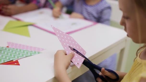 Dívka s nůžkami kusy papíru