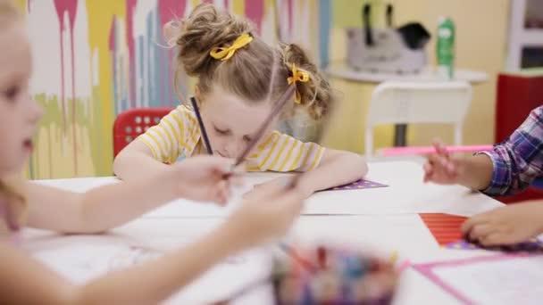 dívčí kresba s barevnými tužkami na papíře