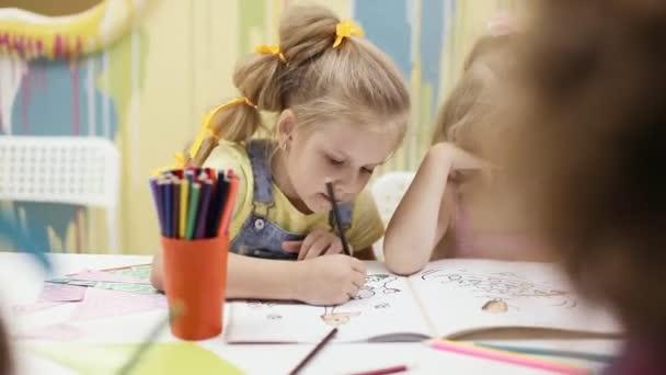 roztomilá dívka to vymalovat omalovánky
